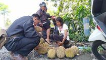 Kisah Eni, Penyandang Difabel Jualan Durian Dibayar Uang Palsu Viral di Medsos