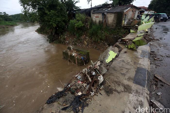 Akibat diterjang banjir, kondisi fisik pagar di jembatan pasar Pocong, Bojongkulur, Bogor, Jawa Barat, Senin (24/02/2020), terlihat rusak dan hancur.