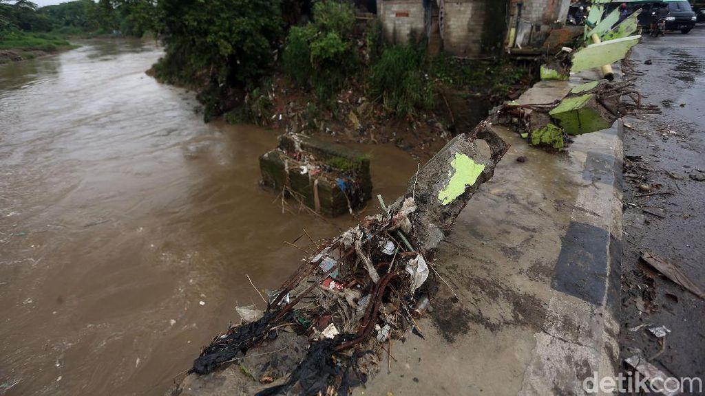 Pagar Jembatan Pasar Pocong Bogor Hancur Diterjang Banjir