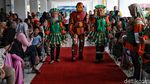 Lenggak-lenggok Fashion Show Anak Berkostum Sampah Plastik