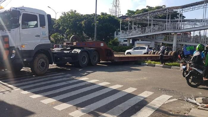 Viral Truk Trailer Melintang di Jl Letjen Suprapto Jakpus, Ini Faktanya