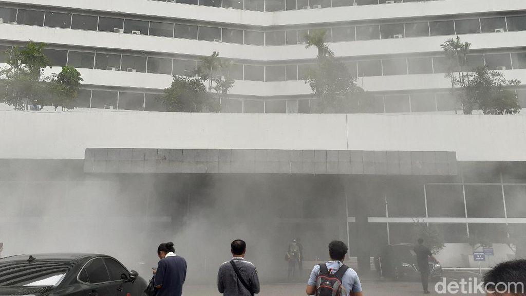Detik-detik Mencekam Asap Pekat Kepung Gedung DPR