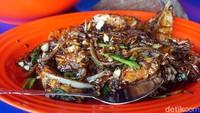RM Alim Seafood termasuk legendaris. Traveler harus coba udang saus blackpeppernya atau saus telur asin yang jadi andalan di sini. (Wahyu Setyo/detikcom)