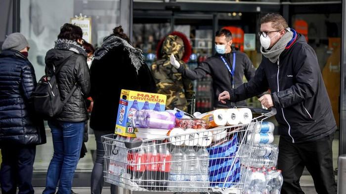 Virus corona mulai melanda wilayah Italia. Warga pun ramai-ramai datangi supermarket untuk berbelanja persediaan bahan pokok selama tinggal di rumah.