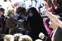 Tamu fashion show Dolce & Gabbana di Milan Fashion Week memakai masker menyusul mewabahnya virus corona di Italia.