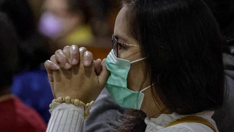 Wabah virus corona telah melanda ke sejumlah negara di dunia usai pertama kali diidentifikasi di Wuhan. Yuk, lihat aktivitas warga di tengah wabah virus corona