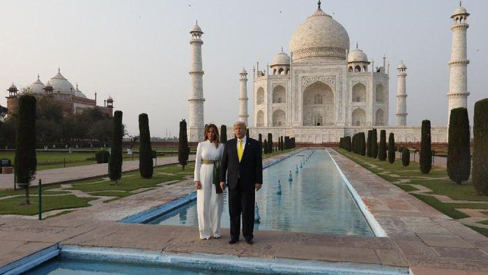 Presiden AS Donald Trump dan sang istri Melania Trump sempat mengunjungi tempat yang paling ikonik di India. Apalagi kalau bukan Taj Mahal. Yuk, intip sesi foto keduanya!