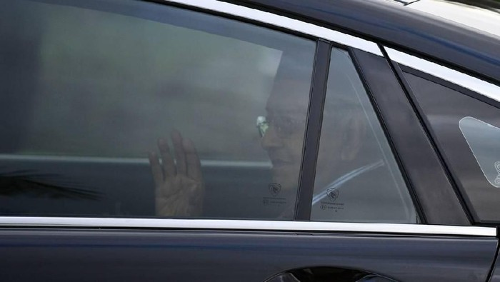 Tun Dr Mahathir Mohamad waves as he leaves Istana Negara on February 24, 2020. -AFP