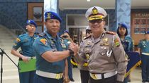 HUT Ke-74 Pomal, Polda Metro Sematkan Pin Tertib Lalin ke Danpuspomal TNI