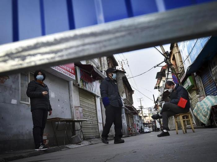 Wuhan di Provinsi Hubei merupakan kota yang menjadi pusat penyebaran virus corona. Hingga kini kota tersebut masih dikunci akibat virus yang menewaskan 2.364 jiwa di seluruh dunia.