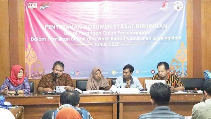 Pasangan Anton-Suparno saat menerima berita acara pengecekan syarat dukungan menjadi balon perseorangan dari KPU Gunungkidul.