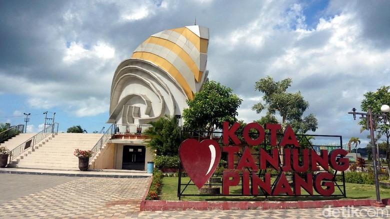 Gedung Gonggong dan Taman Laman Boenda