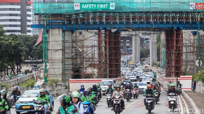Arus lalu-lintas terpantau padat akibat penyempitan jalan dampak bottle neck proyek LRT, di kawasan Kuningan Madya Aini, Jl Rasuna Said, Jakarta, Senin (24/2/2020). Kemacetan terjadi karena 5 lajur menyempit menjadi 2 lajur saja. Sisanya untuk proses pengerjaan kontruksi LRT. Secara keseluruhan, proyek strategis nasional LRT ini ditargetkan selesai pada tahun 2021.
