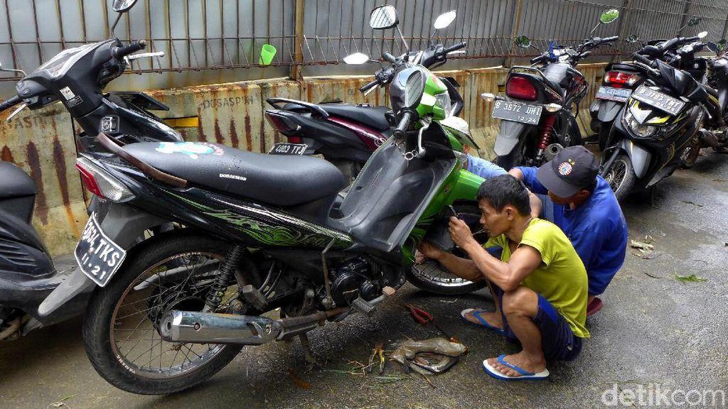 Warga Rawa Terate Gotong Royong Perbaiki Motor Imbas Banjir