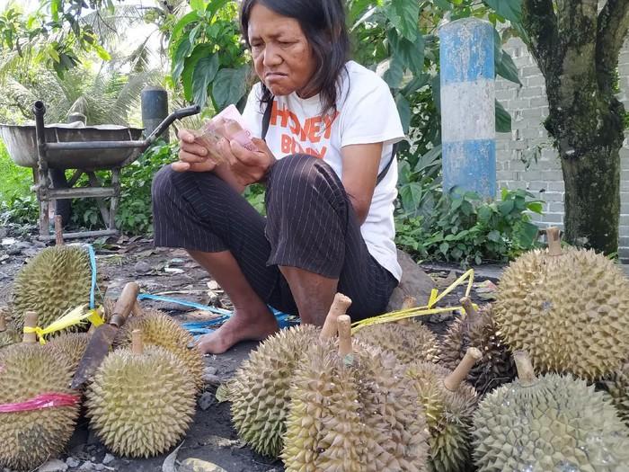 Penyandang Difabel Jualan Durian Dibayar Uang Palsu