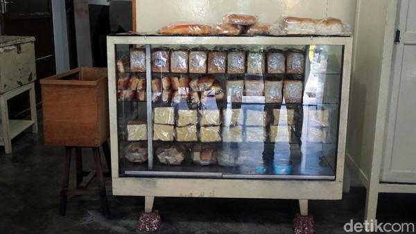 Display toko roti ini sangat sederhana, dan katanya masih tetap sama dari tahun ke tahun. Di zaman Belanda, toko roti ini bernama Zhi Hiang yang artinya harum dan lezat. (Wahyu Setyo/detikcom)