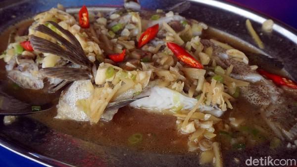 Kalau suka hidangan ikan, cobain ikan kerapu steam Hongkong ini. Rasanya istimewa! (Wahyu Setyo/detikcom)