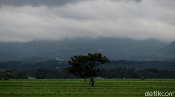 Pemandangan langit di sejumlah wilayah di Kabupaten Bandung, Jawa Barat, masih diselimuti awan hitam.