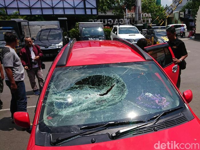 Seorang pria di Tulungagung nekat merusak mobil mantan istrinya menggunakan linggis. Ia kecewa rumah hasil jerih payahnya ditempati mantan istri bersama suami barunya.