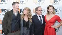 Putrinya Jadi Bintang Porno, Steven Spielberg Bangga dengan Putranya