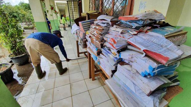 Ribuan Buku di SMAN 10 Bekasi Rusak Akibat Banjir