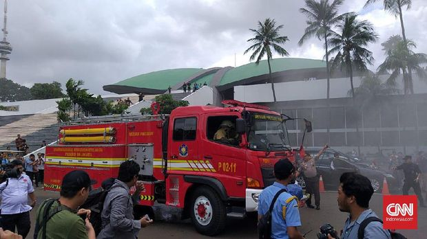 Lima Unit DamkarPadamkan Kebakaran di Gedung DPR