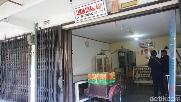 Dari luar, penampakan ruko ini tidak seperti toko roti kekinian. Namun justru di sinilah, toko roti paling legendaris di Tanjungpinang berada. Namanya Toko Roti Zaman. (Wahyu Setyo/detikcom)