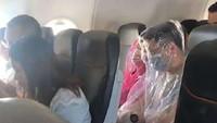 Takut Virus Corona, Penumpang Bungkus Diri dengan Plastik di Pesawat
