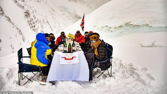 rekor dunia makan malam tertinggi 23000 kaki di gunung everest