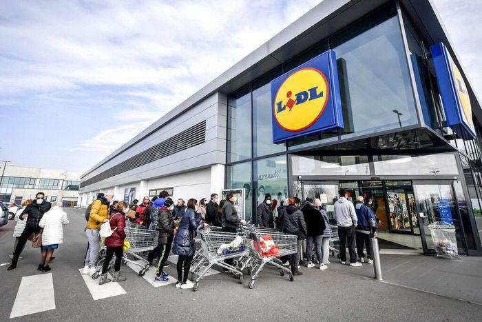Sejumlah warga tampak mengantre untuk berbelanja kebutuhan pokok di salah satu supermarket yang berada di kawasan Casalpusterlengo, Italia sebelah utara, Minggu (23/2/2020) waktu setempat. Claudio Furlan/Lapresse via AP.