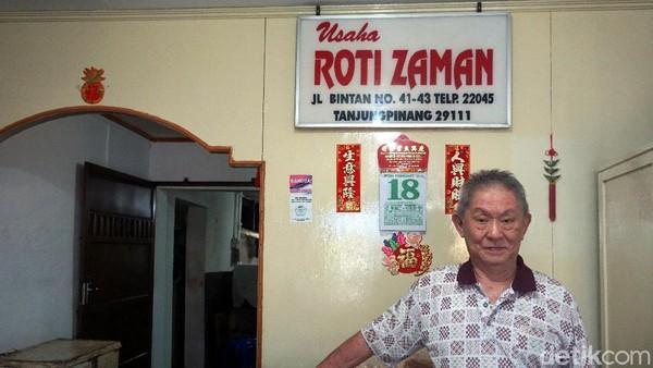 Pemiliknya bernama Andri Heng (76). Toko roti ini sudah berdiri sejak tahun 1932. Di zaman orang belum kenal roti, orang tua Andri sudah membuat roti. (Wahyu Setyo/detikcom)