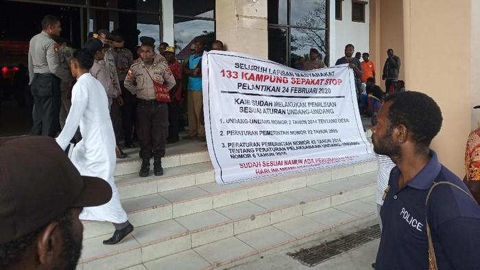 Warga dari 133 kampung di Timika meminta pelantikan kepala kampung dibatalkan. (Foto: Saiman/detikcom)