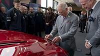 Pangeran Charles ke Pabrik, Bantu Bikin Mobil