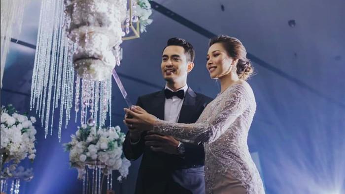 kue pernikahan gantung