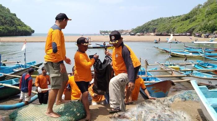 Evakuasi jasad nelayan lobster yang hilang di Pantai Gunungkidul, Senin (24/2/2020).