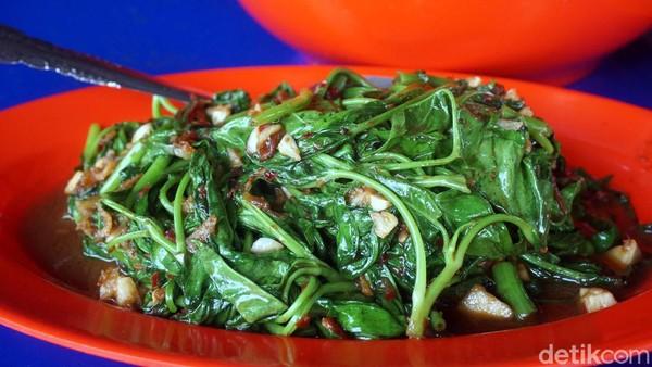 Sebagai pelangkap, ada sayur kangkung yang dimasak belacan. Semua masakan di rumah makan ini tidak ada yang tidak enak. (Wahyu Setyo/detikcom)