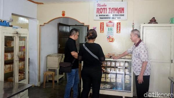 Banyak warga asli Tanjungpinang yang jadi pelanggan Toko Roti Zaman. Rasa rotinya bikin kangen. Sayang di usianya yang sudah senja, anak-anak Andri tidak mau meneruskan usaha orang tuanya. (Wahyu Setyo/detikcom)