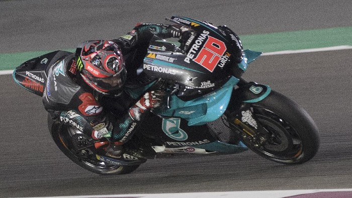 DOHA, QATAR - FEBRUARY 23:  Fabio Quartararo of France and Petronas Yamaha SRT    rounds the bend  during the MotoGP Tests at Losail Circuit on February 23, 2020 in Doha, Qatar. (Photo by Mirco Lazzari gp/Getty Images)
