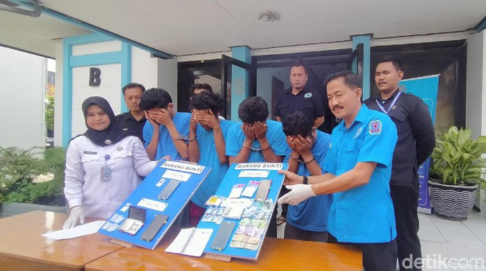 Badan Narkotika Nasional Kota (BNNK) Surabaya meringkus empat pengedar sabu. Salah satunya merupakan jaringan dari bandar di sebuah lapas di Jawa Timur.