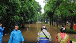 Kali Krukut Meluap, Jalan Widya Chandra Jaksel Banjir 50-60 Cm