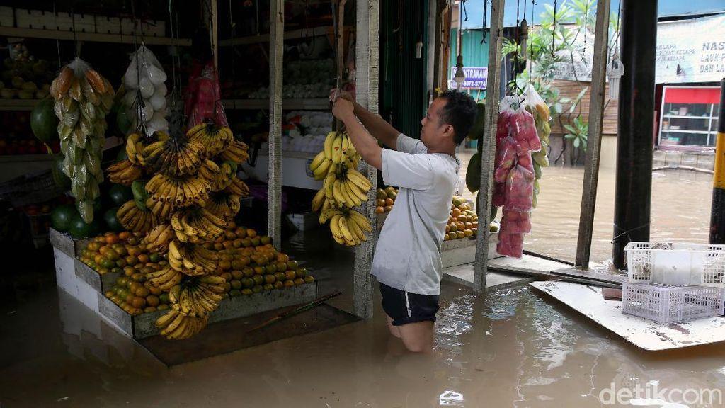 Semangat Para Pedagang Memburu Cuan di Tengah Banjir
