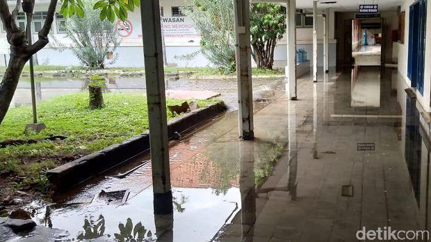 Sisa genangan di salah satu sudut rumah sakit.