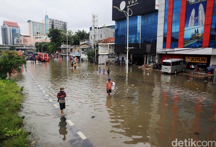 Banjir masih menggenangi perempatan Grogol sisi jalan Satria, Latumenten, Jakarta Barat, Selasa (25/2/2020). Praktis, arus lalu lintas dari jalan Daan Mogot menuju Latumenten atau Pluit terputus. Pengendara harus memutar jauh hingga jalan S.Parman.