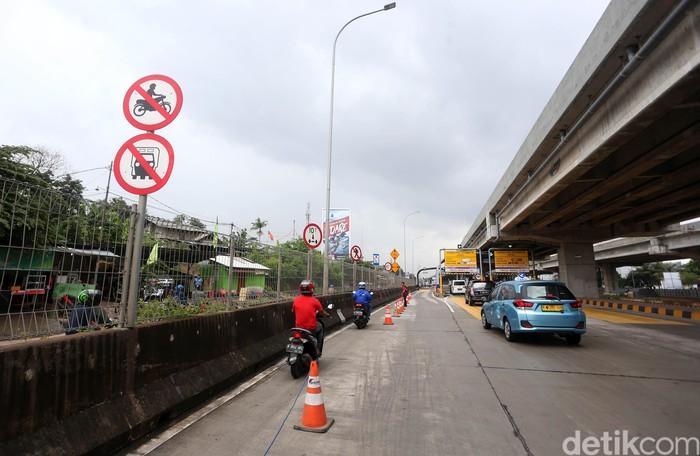 Jalan di kawasan Bekasi tak dapat dilalui akibat banjir. Pemotor pun melintasi Tol Becakayu untuk dapat beraktivitas.