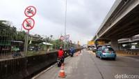 Sejumlah kendaraan roda melintasi tol Becakayu usai sejumlah jalan di kawasan Bekasi, Jawa Barat, terendam banjir, Selasa (25/2/2020).