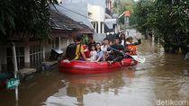 TNI Susuri Banjir untuk Evakuasi Warga Jatibening Permai Bekasi