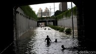Ngeri-ngeri Sedap! Pak Polisi Jelaskan Banjir di Jakbar Sambil Pegang Ular