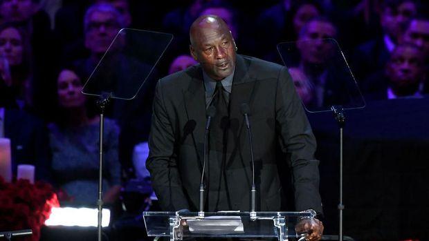 Michael Jordan menangis saat berpidato mengenai Kobe.