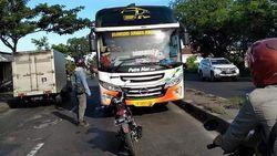 Viral Pria Parkir Motor di Tengah Jalan Adang Bus Lawan Arah, Ini Kata Polisi