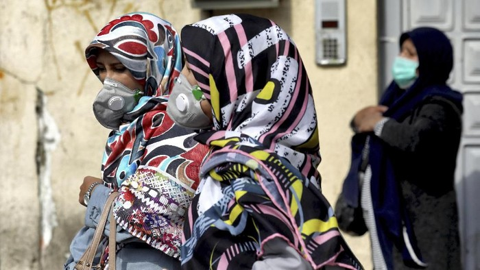 People wear masks to help guard against the Coronavirus in downtown Tehran, Iran, Sunday, Feb. 23, 2020. On Sunday Irans health ministry raised the death toll from the new virus to 8 people in the country, amid concerns that clusters there, as well as in Italy and South Korea, could signal a serious new stage in its global spread. (AP Photo/Ebrahim Noroozi)